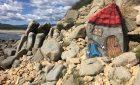 Dipinge una roccia sul mare di Muravera: vandalo o artista?