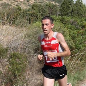 Michele Merenda durante la frazione di corsa del Forte Village Triathlon