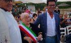 """La nonnina di Castiadas festeggia i 100 anni all'Iki Beach, uno dei chioschi più """"giovanili"""" del litorale"""